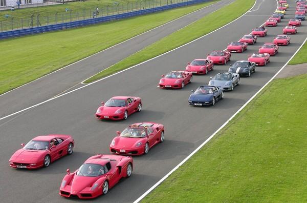 Cea mai mare parada de masini Ferrari